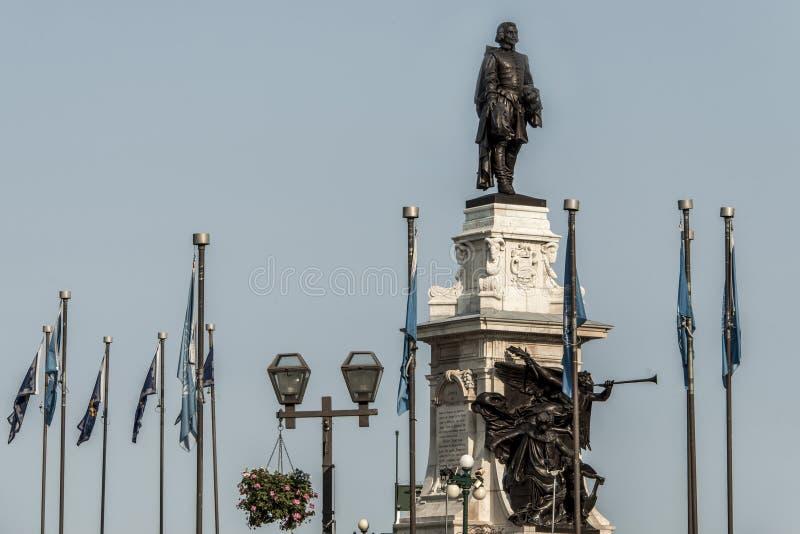 Estatua de Samuel de Champlain contra el cielo azul del verano en el fundador histórico del área de la ciudad de Quebec, Canadá fotografía de archivo libre de regalías