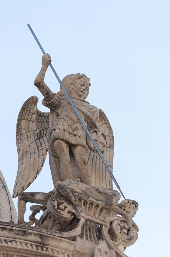 Estatua de San Miguel de la catedral de San Jaime en Sibenik fotografía de archivo