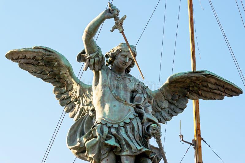 Estatua de San Miguel en la parte superior del ` Ángel de Castel Sant en Roma imagen de archivo libre de regalías