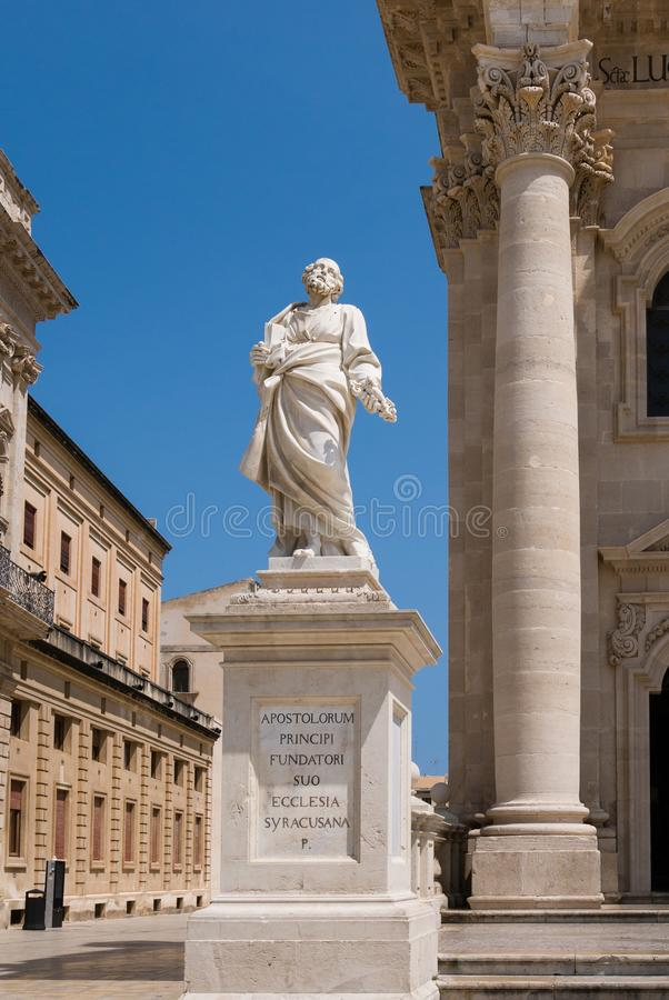 Estatua de San Pedro delante de la catedral, Ortigia imagen de archivo libre de regalías