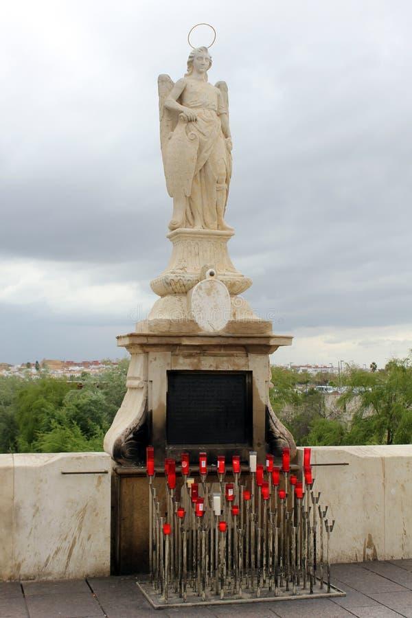 Estatua de San Rafael en el puente romano imágenes de archivo libres de regalías
