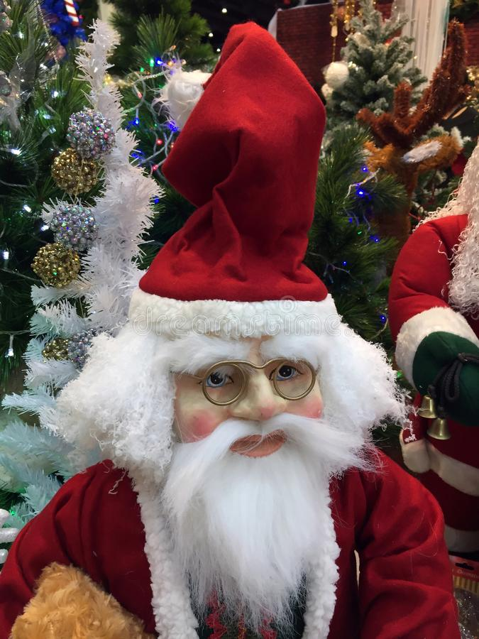 Estatua de Santa Claus con la decoración de la Navidad Papá Noel para traer los presentes para los niños fotos de archivo