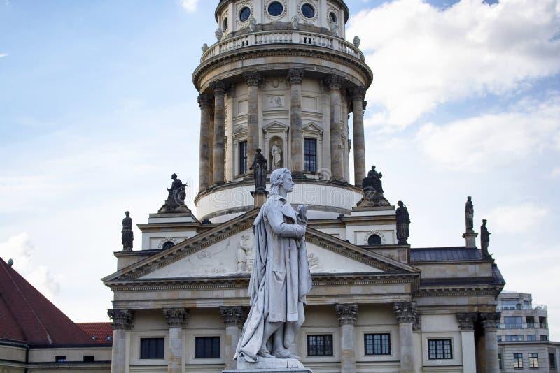 Estatua de Schiller delante de la catedral francesa imagen de archivo libre de regalías