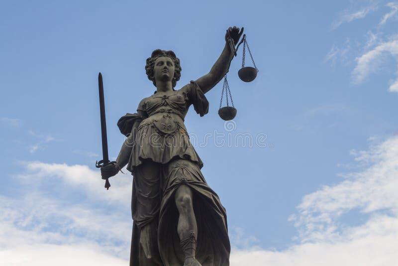 Estatua de señora Justice en Francfort fotografía de archivo