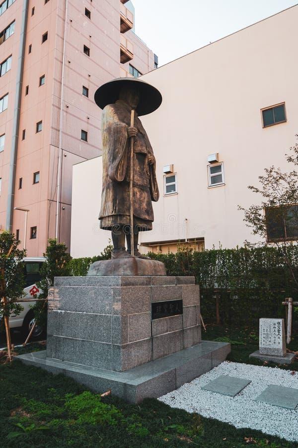 Estatua de Shinran Shonin en el templo de Tsukiji Honganji en Tokio fotos de archivo libres de regalías