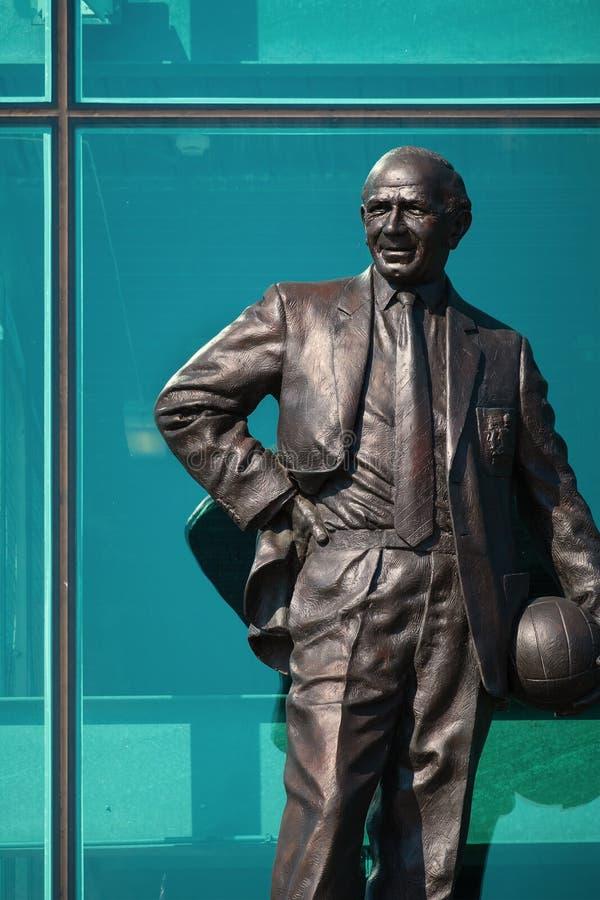 Estatua de Sir Matt Busby Bronze en el estadio viejo de Trafford en Manchester, Reino Unido foto de archivo libre de regalías