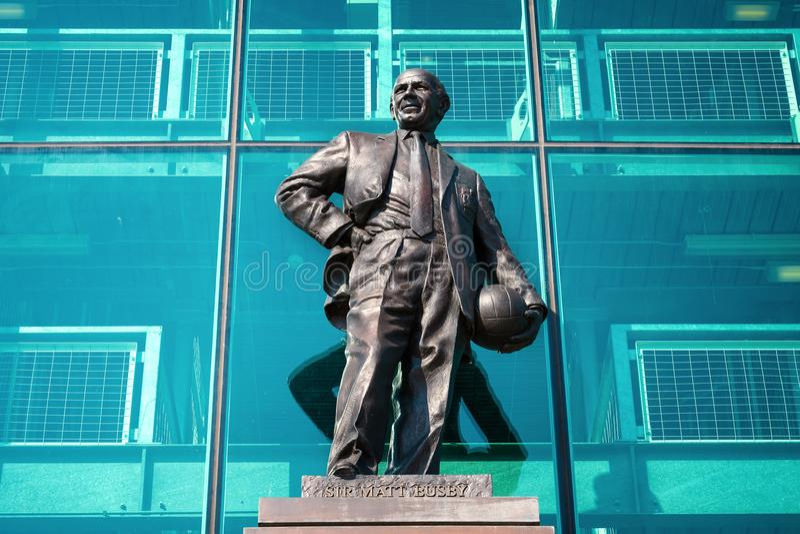 Estatua de Sir Matt Busby Bronze en el estadio viejo de Trafford en Manchester, Reino Unido fotografía de archivo