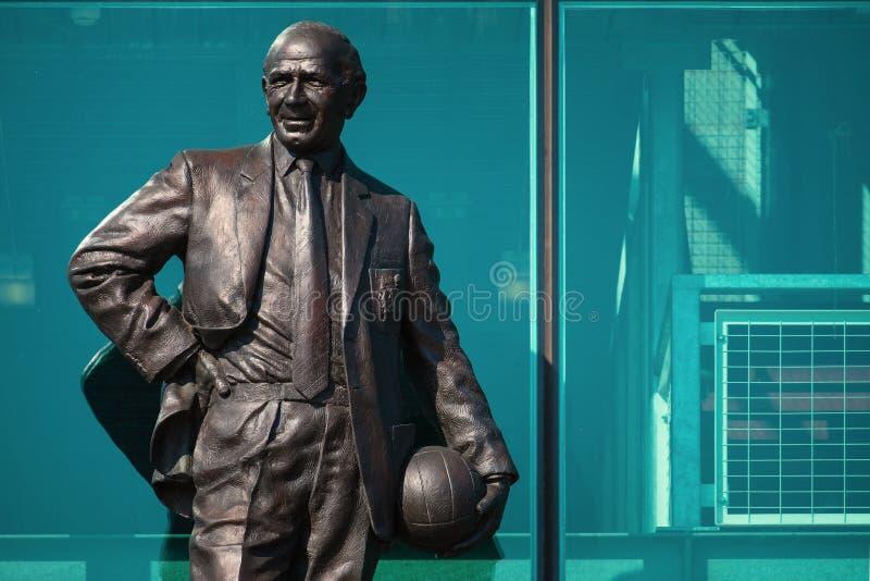 Estatua de Sir Matt Busby Bronze en el estadio viejo de Trafford en Manchester, Reino Unido imagen de archivo libre de regalías
