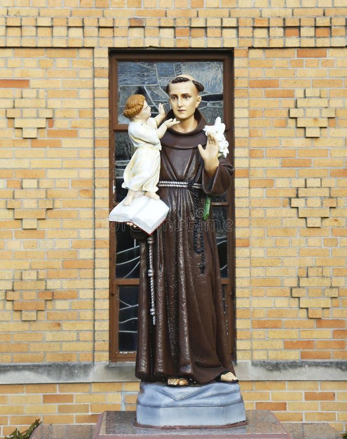 Estatua de St Bernard en el frente de la iglesia de St Bernard en Brooklyn, NY imagen de archivo libre de regalías