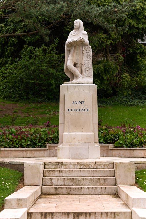 Estatua de St Boniface en el parque de Crediton, Devon, Reino Unido, mayo de 2019 fotografía de archivo