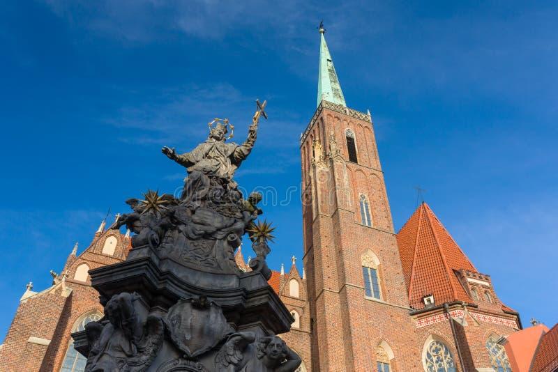 Estatua de St John de Nepomuk, del monumento del siglo XVIII y de la catedral de St John el Bautista en el fondo imagenes de archivo