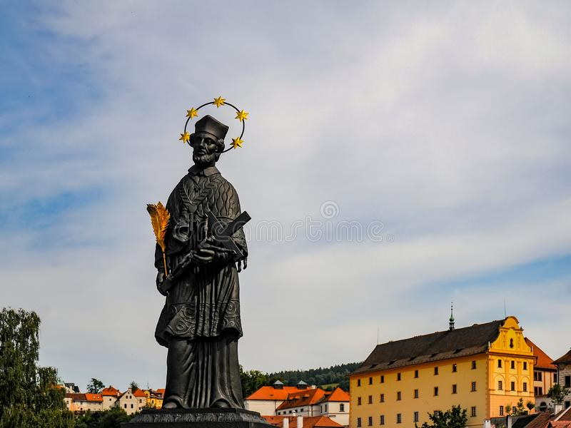 Estatua de St John de Nepomuk en Cesky Krumlov, República Checa fotografía de archivo