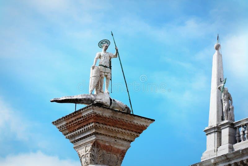 Estatua de Theodor del santo en una columna en la plaza San Marco de Venecia en los di San Teodoro de Italia - de Colonne imágenes de archivo libres de regalías
