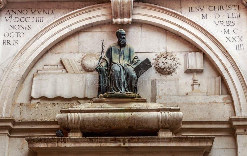 Estatua de Thomas Philologus Ravennas, situada en Venecia imagen de archivo