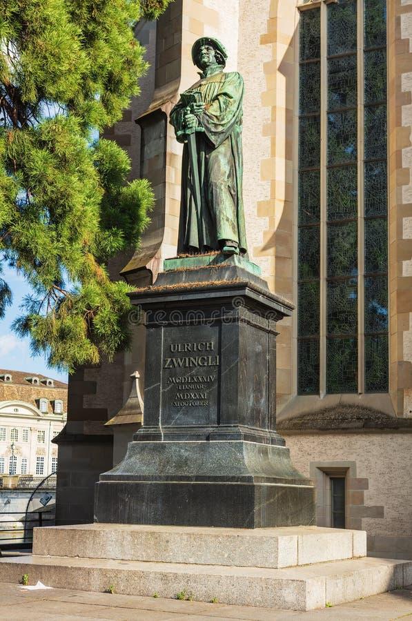 Estatua de Ulrich Zwingli en la iglesia del agua en Zurich, Switzerl imagenes de archivo