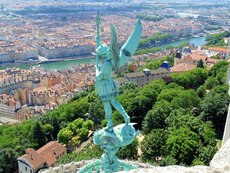 Estatua de un ángel sobre Lyon, Francia imagenes de archivo