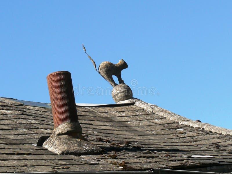 Estatua de un gato de la bruja en un tejado imágenes de archivo libres de regalías