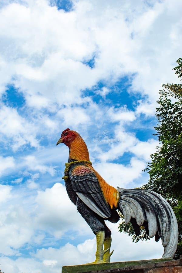 Estatua de un pollo, y el cielo imágenes de archivo libres de regalías