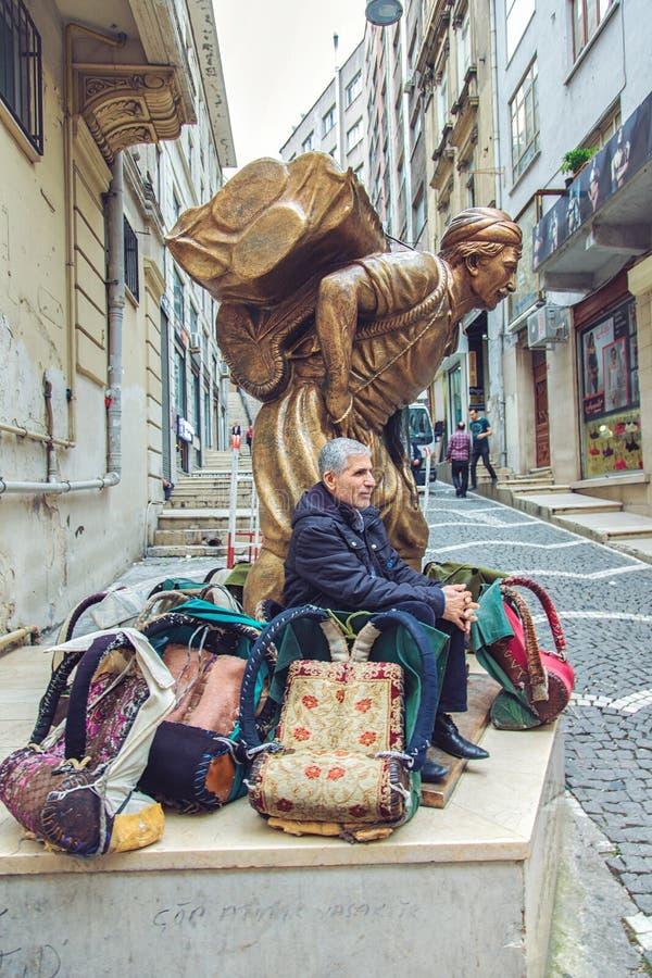 Estatua de un portero de trabajo duro, Hamal, en el distrito de Fatih y el portero vivo hoy en día fotografía de archivo libre de regalías