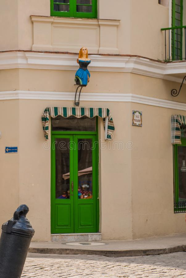 Estatua de una muchacha sin piernas en un vestido azul en la fachada del edificio en frente La Habana, Cuba fotos de archivo libres de regalías