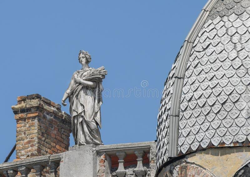 Estatua de una mujer, de la diosa con una guirnalda y de oídos del trigo imagenes de archivo