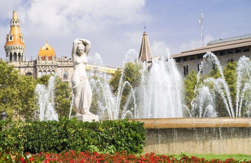 Estatua de una mujer en el centro de ciudad fotos de archivo