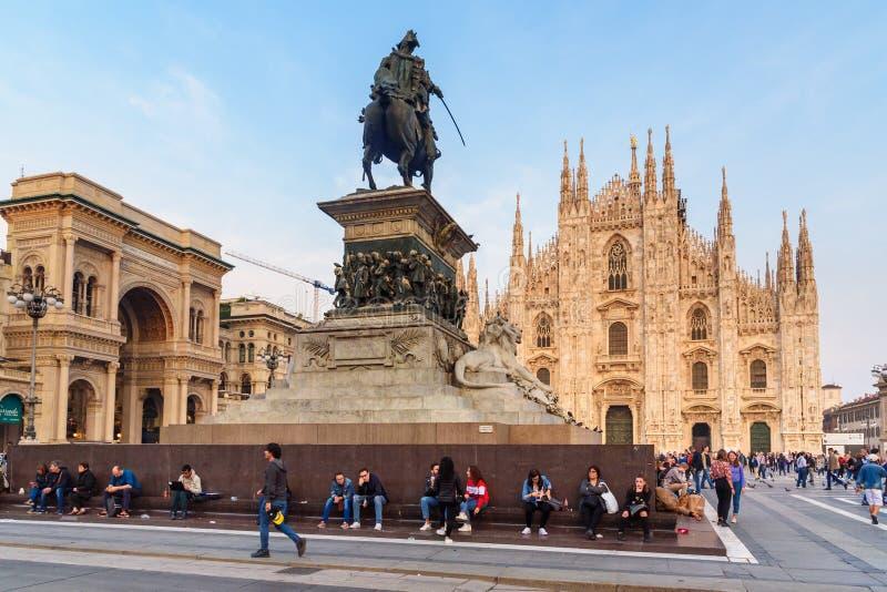 Estatua de Victor Emmanuel II a caballo y Di Milano de la catedral o del Duomo en Mil?n Italia foto de archivo