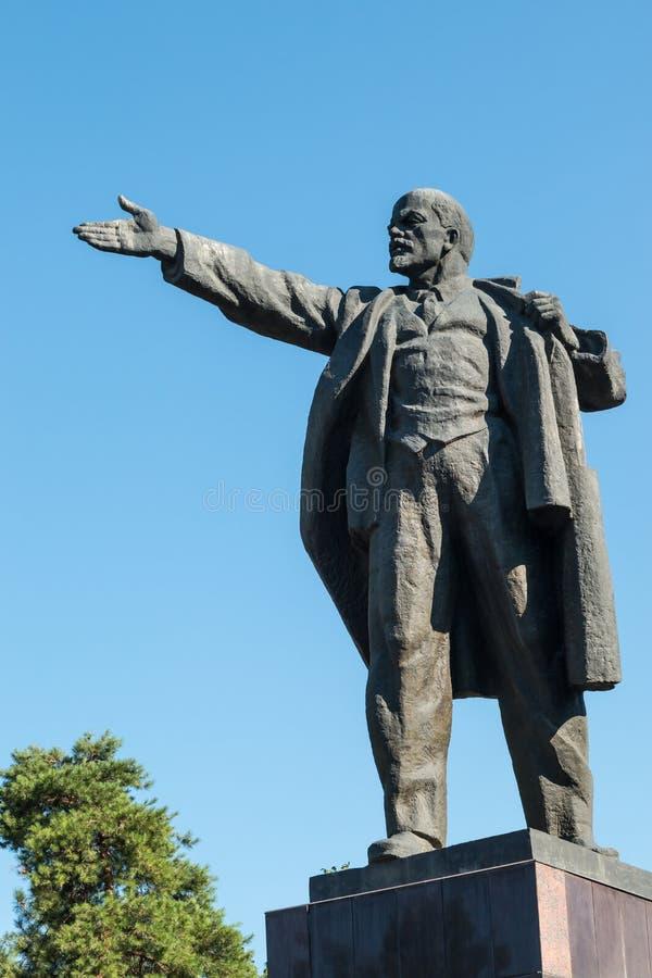 Estatua de Vladimir Lenin Vladimir Ilyich Ulyanov que se coloca detrás de cuadrado del Ala también en Bishkek, el capital de Kirg imagenes de archivo