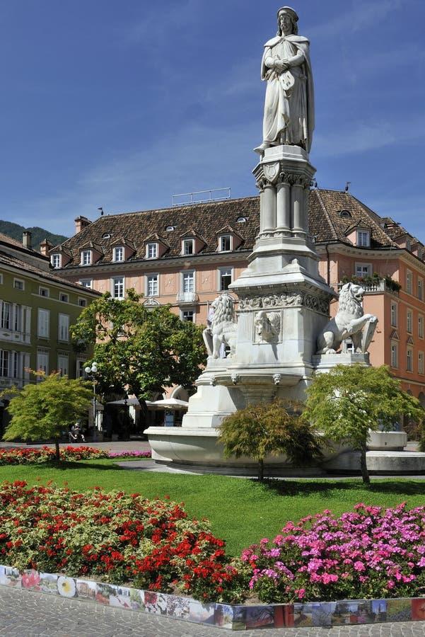 Estatua de Walther von der Vogelweide en Bolzano fotografía de archivo