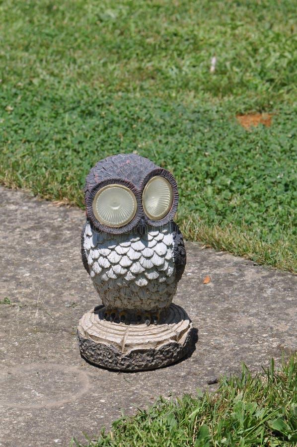 Estatua decorativa del pájaro para el jardín foto de archivo