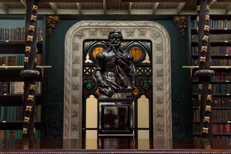 Estatua decorativa en el gabinete portugués real de lectura fotografía de archivo libre de regalías