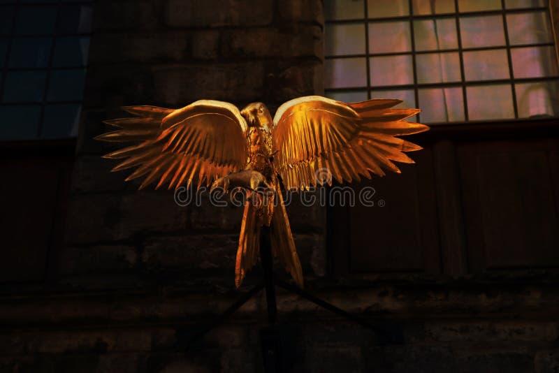 Estatua del águila de oro con el ratón en garras, Edimburgo Escocia foto de archivo