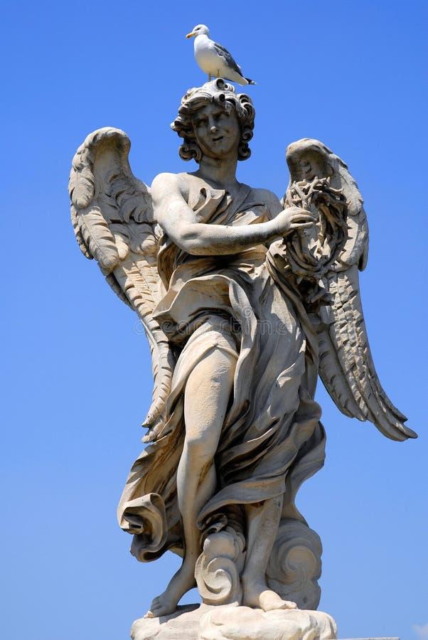 Estatua del ángel con el pájaro fotos de archivo libres de regalías