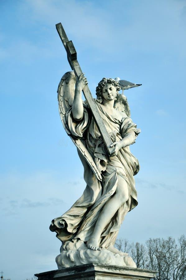 Estatua del ángel con la cruz santa fotos de archivo libres de regalías