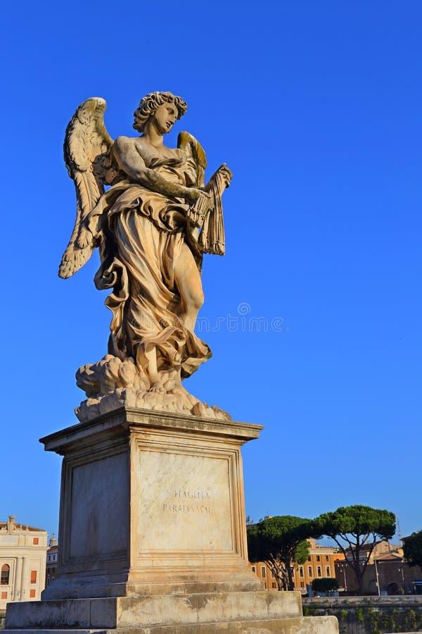 Estatua del ángel del puente antiguo delante de Castel Sant Angelo, imagen de archivo libre de regalías