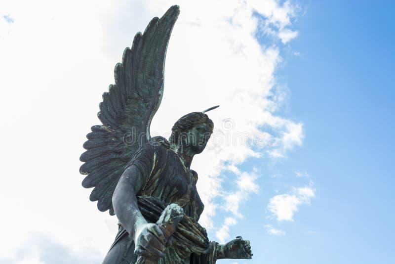 Estatua del ángel en el palacio del naranjal en el parque de Sanssouci imágenes de archivo libres de regalías