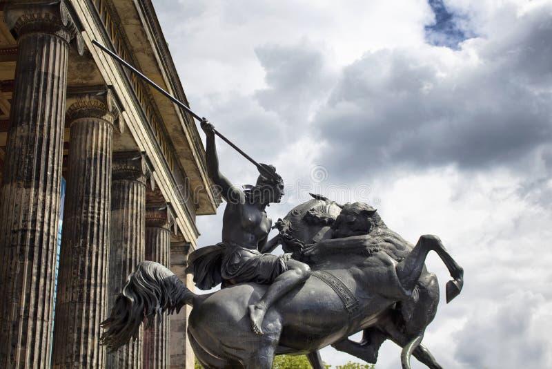 Estatua del Amazonas delante del museo de Altes foto de archivo
