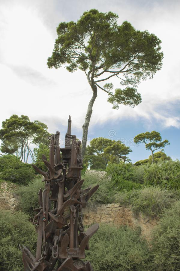 Estatua del ancla en Cala Ratjada, España fotos de archivo