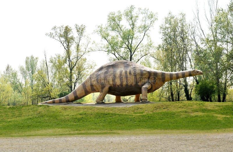 Estatua del animal del dinosaurio del Brontosaurus en el parque imagen de archivo libre de regalías