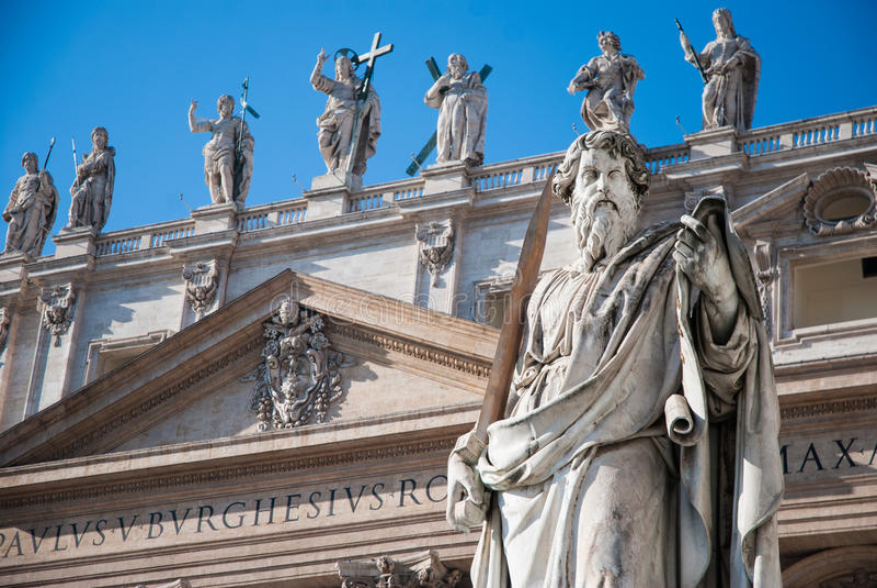 Estatua del apóstol Paul delante de la basílica de San Pedro fotos de archivo