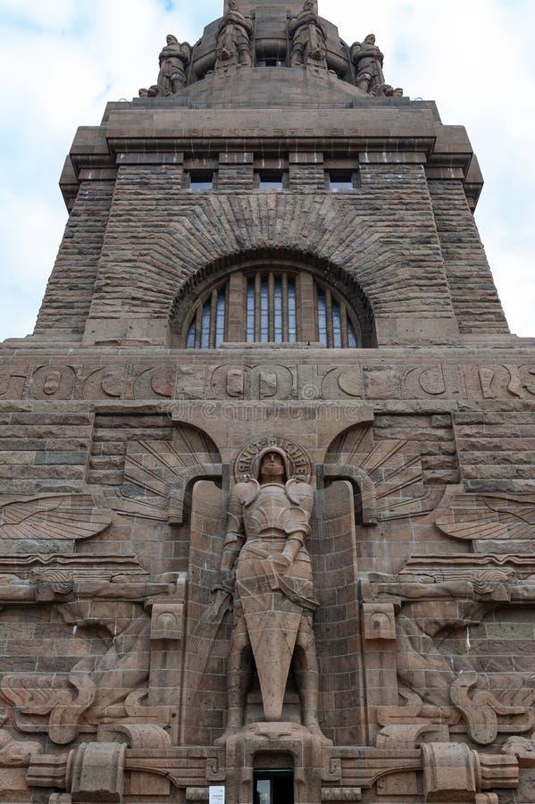 Estatua del arc?ngel Michael en la entrada al monumento a la batalla de las naciones en la ciudad de Leipzig, Alemania imagen de archivo libre de regalías