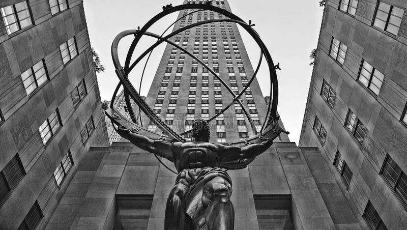 Estatua del atlas de NEW YORK CITY de Lee Lawrie delante del Rockefeller Center con el edificio del art déco en fondo en m imágenes de archivo libres de regalías