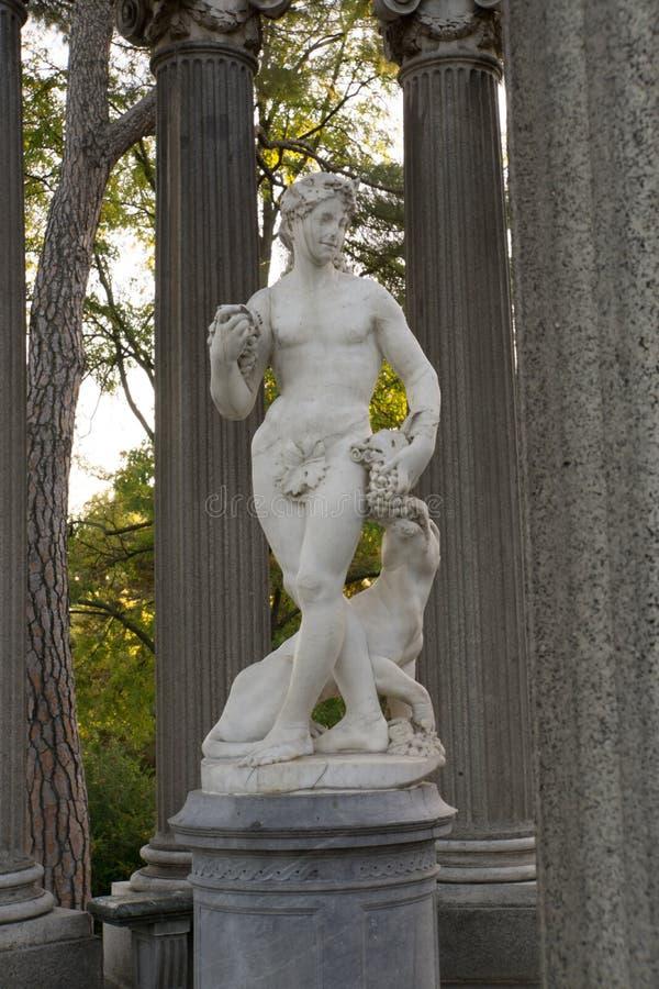 Estatua del Bacchus en una columna foto de archivo libre de regalías