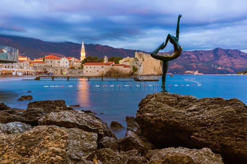 Estatua del bailarín y ciudad vieja en Budva Montenegro imágenes de archivo libres de regalías