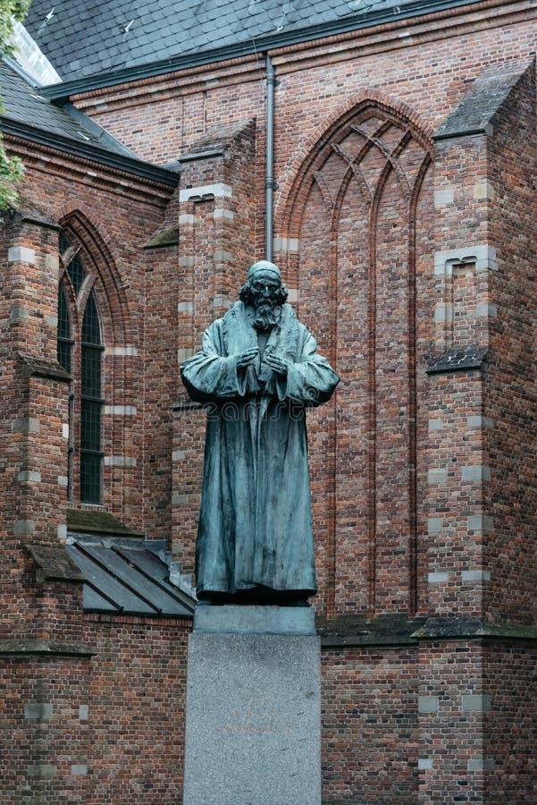 Estatua del bronce de la American National Standard de Grote Kerk en la ciudad vieja de Naarden en el sunse imagenes de archivo