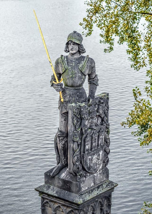 Estatua del caballero legendario Brunzwick, el guarda mágico de Charles Bridge en Praga, República Checa fotos de archivo