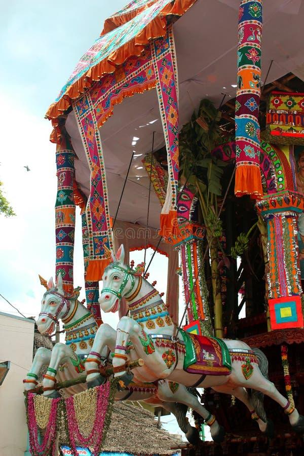 Estatua del caballo del coche parivar del templo en el gran festival del coche del templo del templo thyagarajar del sri del thir imágenes de archivo libres de regalías
