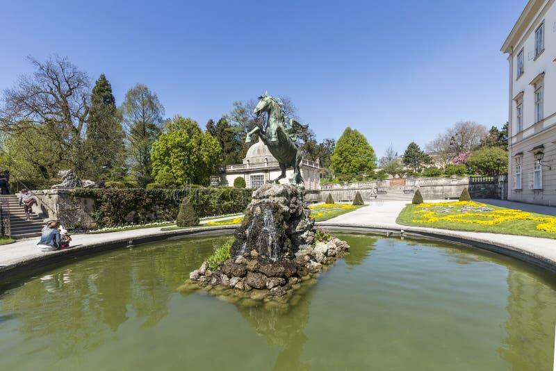Estatua del caballo de Bronce en la fuente de los jardines de Mirabell imagenes de archivo
