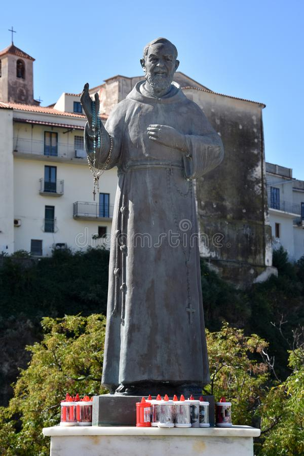 Estatua del capellán Pio Pietrelcina en Diamante imágenes de archivo libres de regalías