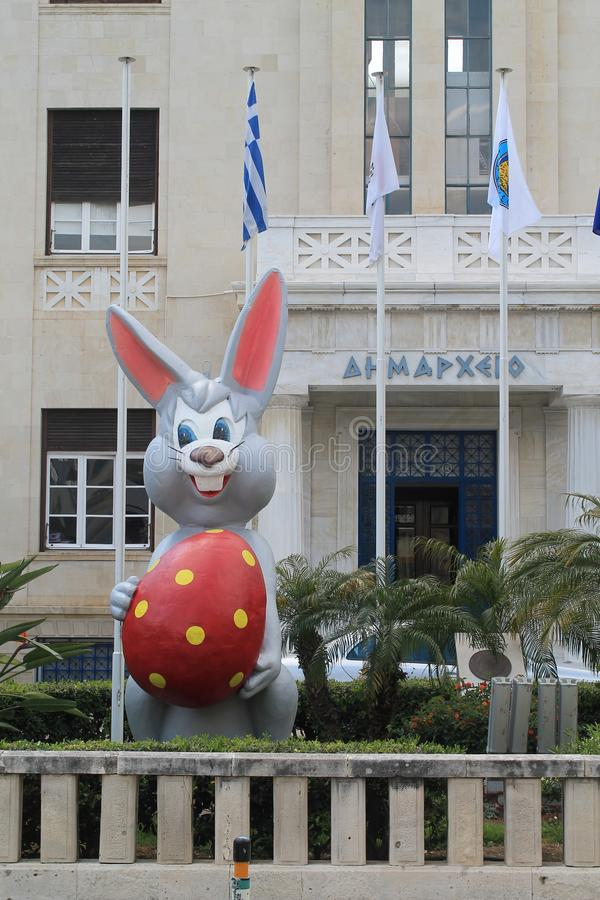 Estatua del conejito de pascua delante del edificio administrativo fotos de archivo